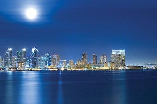 Viator限定:窓際席とシャンパン付きのサンディエゴの豪華ディナークルーズ