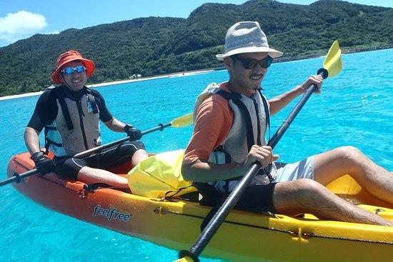 Fai un giro in kayak su un'isola disabitata nelle Isole Kerama