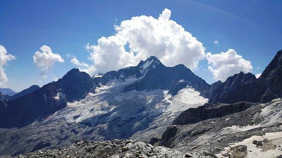 Monte Disgrazia (3.678 m) con relativo ghiacciaio ripresi dall'alta Val Sissone sopra Chiareggio a quota 2.950 ca.