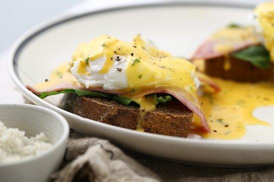 Egg benedict on black bread