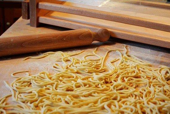在意大利烹飪課的手