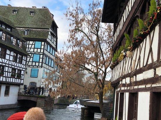 川のほとりの木骨組の家々