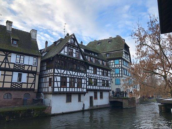 川のそばの木骨組みの家々