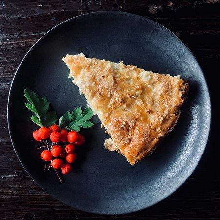 У нас можно отдохнуть и перекусить. Заливной пирог с капустой по старинному домашнему рецепту - настоящее лакомство для путешественника.