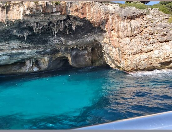 Cala Millor, Spanien: Boat tour down to hidden caves along the coastline. the boat tour takes about 2-3hours altogether .