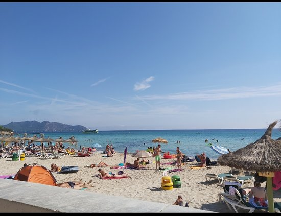 Cala Millor, Spanien: Chilled afternoon on the beach with abit of shopping thrown in!