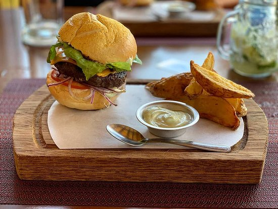 Hambúrguer com batata frita rústica