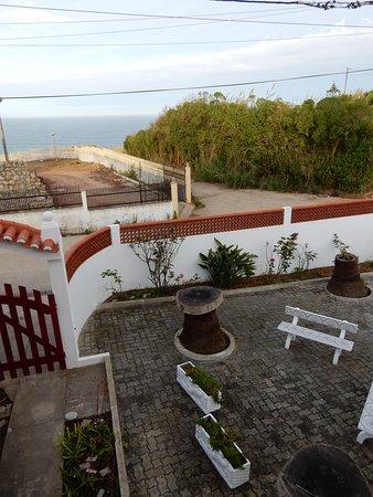 hier sieht man einen Teil der Gartenanlage und im Hintergrund das Meer!