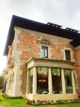 Fachada principal del espectacular edificio que alberga el Restaurante la Zoreda, en Oviedo.  Excelencia gastronómica Tripadvisor desde 2015 a 2020 ininterrumpidamente.  Un referente culinario de la capital del Principado de Asturias, con una relación calidad - precio fantástica.  Reservas 985963333