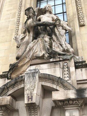 Le Groupe Sculpté «La Révélation Artistique», oeuvre de Paul Gasq, surplombant la porte H du Grand Palais