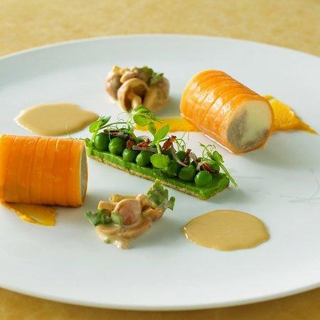 オランダ産仔牛肉のブランケットドヴォー グリーンピースのタルトレット ジロール茸のフリカッセ