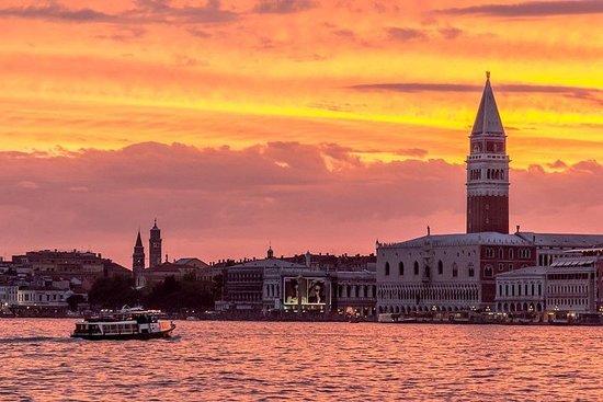日落雞尾酒公共巡航在威尼斯
