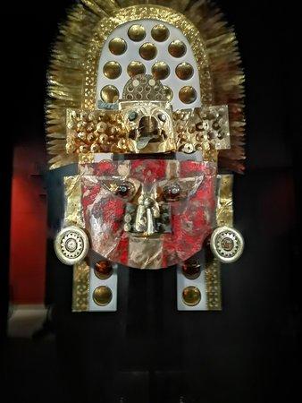 Ferrenafe, Perù: Gran máscara funeraria recubierta de cinabrio.