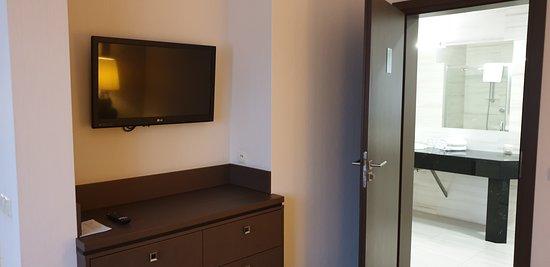 Metropolitan suite, view from bedroom to main bathroom