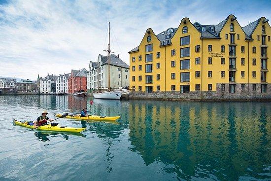 Caiaque no mar em Ålesund