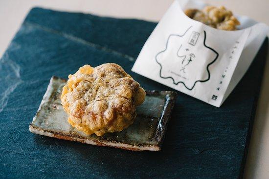 揚げたてコーナー 揚げたてのもみじまんじゅう Deep-fried simple snack traditionally enjoyed by workers at Momiji Manju.