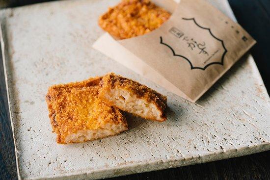 揚げたてコーナー 揚げたてのがんす Fluffy and piping hot, inside this crispy coating is a creamy fish surimi.