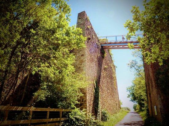 Le pont pour accéder au toit du four a chaux.