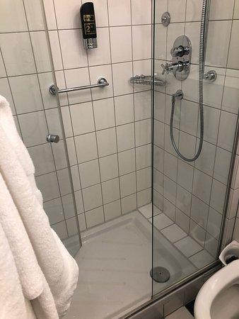 Douche is ongeveer ok, maar de rest van de badkamer is even groot als de oppervlakte van de douche! Men kan er alleen in. Met twee gaat het niet. Dat is een tophotel toch niet waard!