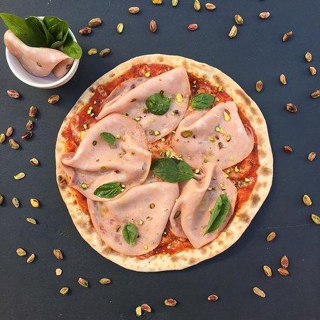 Пицца с мортаделлой и фисташками