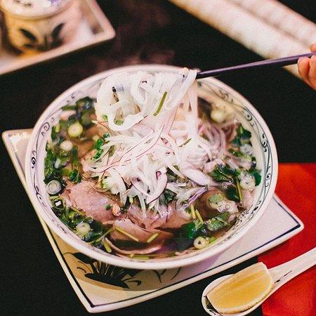 Zeit für Pho! Unsere Reisnudeln bereiten wir übrigens täglich selbst und frisch für euch zu! Da schlürft man sie noch lieber, oder?