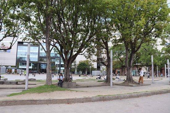 ビル街の中のオアシス的な広場です
