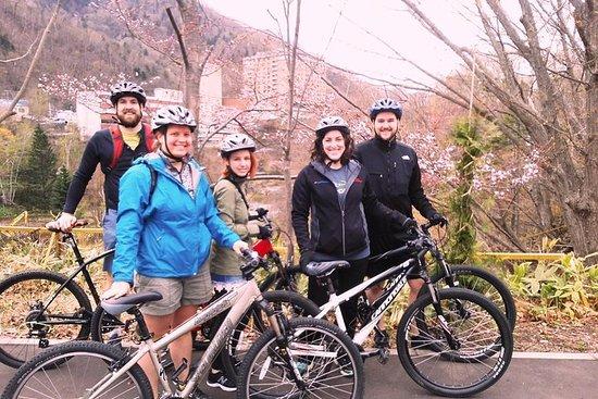 北海道温泉と昼食を含む札幌発マウンテンバイクツアー