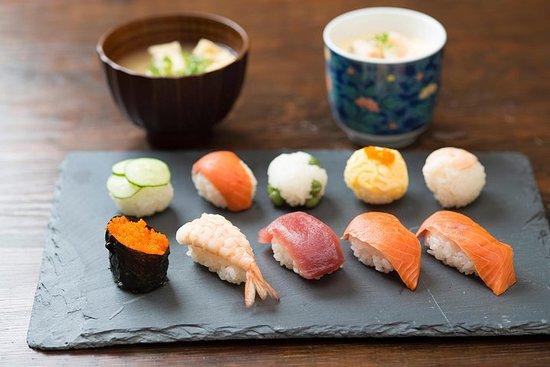 Privat sushiklasse med en lokal ekspert Emi i Tokyo
