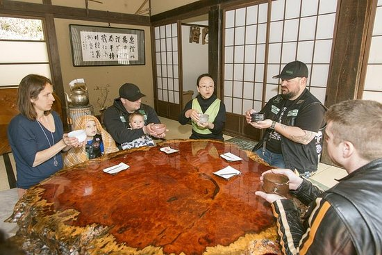 Tokio disfrutando de un té verde en el memorial de la reunión cumbre...