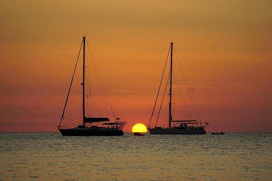 Utflukt på en seilbåt langs kysten med solnedgang. Halv dag (4:30...