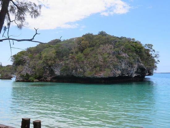 """Le """"Rocher Sacré"""" placé au milieu de la baie, tel qu'il apparait de la partie Ouest de la plage"""
