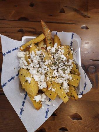 Patatas fritas con orégano y queso feta (3.9 euros)