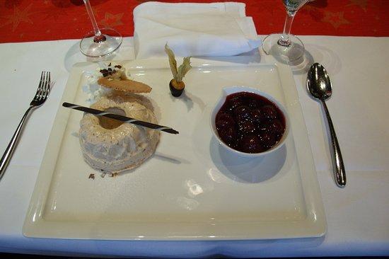 Sasbach am Kaiserstuhl, Германия: Petit kougelhopf aux noisettes à la chantilly avec cerises chaudes