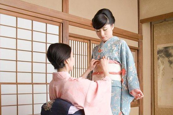 Facciamo una passeggiata in kimono in una città tradizionale con una