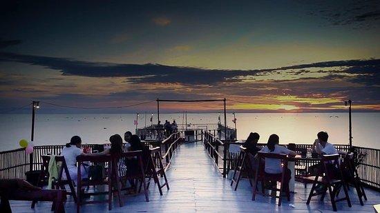 Dîner au coucher du soleil sur le lac...