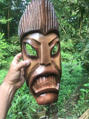 Hone Creek, קוסטה ריקה: Un trabajo más en madera de cedro las máscaras mías es un recuerdo de nuestros antepasados nuestros ancestros indígenas de talamanca atreves de máscaras cómo estás utilizadas para ver a los intrusos y no ser reconocidos una muestra en esta máscara hueca visión incógnita atravesar del más allá.
