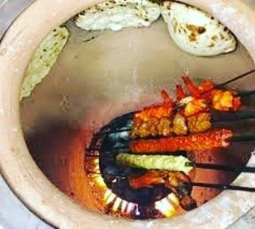 Sneak peek sur les naans en train de cuire. En direct du four tandoor, une grande jarre en terre cuite qui chauffe à 350 degrés, essentiel à la cuisine indienne 🔥