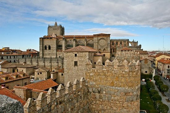 Private 3-hour Walking Tour of Avila with official tour guide – fotografija