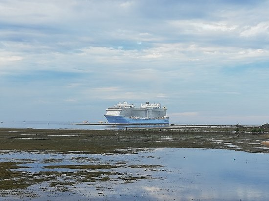 Ilocos Sur Province, Filipiny: spectrum of the sea. one of the caribbean cruise ship docked at salomague port in Cabugao, Ilocos Sur