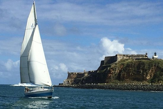 Autentisk seil på dagtid av Historical Bay of San Juan