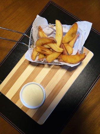 Batata frita com fonduta de queijos