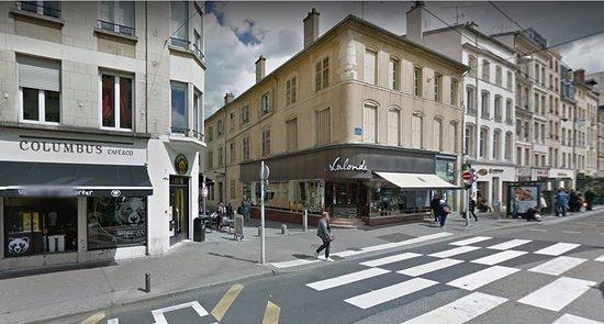 Nancy - place Charles III - Derrière la marché couvert, la façade désuette de Lalonde (gourmandises de Nancy), vue1