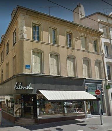 Nancy - place Charles III - Derrière la marché couvert, la façade désuette de Lalonde (gourmandises de Nancy), vue2