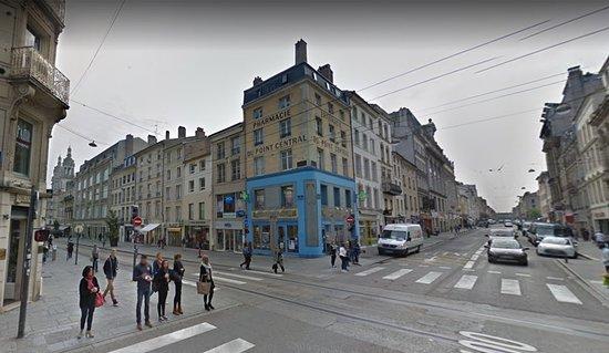 Nancy - place Charles III - un peu plus loin, au croisement de la rue St Georges & St Dizier, la pharmacie Centrale Art Déco, vue2