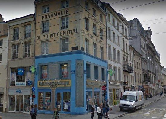 Nancy - place Charles III - un peu plus loin, au croisement de la rue St Georges & St Dizier, la pharmacie Centrale Art Déco, vue3