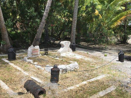 Huahine Archipel de la Société, Polynésie française  Tombes des marins de l'Uranie