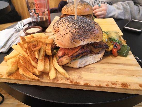 Burger (cuisse de poulet désossée + bleu + légumes au choix + avocat), soda et deux accompagnements (frites + sauce au choix + légumes grillés) pour 15 euros (le menu est servi avec deux accompagnements).