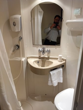 El baño es chico, apenas una cabina, pero tampoco es insoportable.