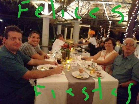 Cenando en su fabuloso restaurant
