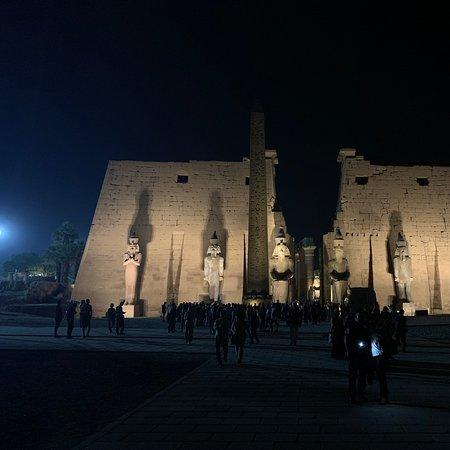 Luxor, Egito: 路克索神廟主要有兩個作用,首先在每年埃及的新年在這裡慶祝奧皮特節。阿蒙、姆特和孔斯的神像被放在擔架上從2.5千米遠的卡納克神廟抬到路克索神廟。一開始這個節日要慶祝11天,後來被延長到27天。在途中的小神廟裡擔架會被放下,做一休息。姆特和孔斯的擔架要被抬到廊柱殿後面的小神殿,只有阿蒙的擔架要被抬到聖殿。  第二個作用是法老與其神靈氣的結合。每年新年是法老要與他的神靈氣結合,這是他的神話儀式的一部分。這個儀式首次是在他登基時進行。維基百科